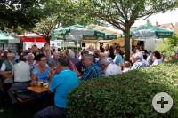 Idyllische Atmospähre auf dem Dorfplatz beim Sommerfest des Musikvereins Vilsingen.